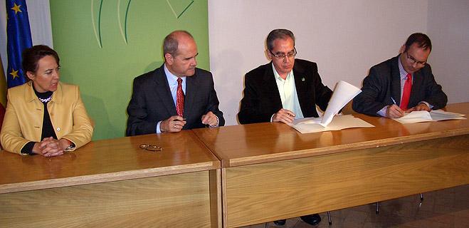 Las federaciones de consumidores firman con Chaves un Acuerdo para la Efectividad del Pacto por la Vivienda en Andalucía