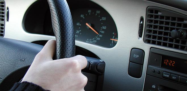 Hablar por el móvil o escuchar música a través de cascos mientras se conduce, principales motivos de la pérdida de puntos
