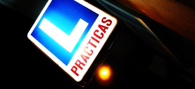 Prepararse para aprobar el carné de conducir a la primera cuesta una media de 835 euros