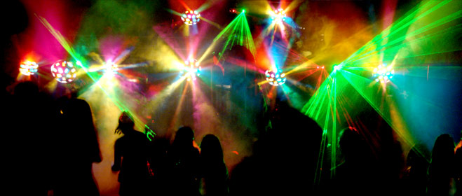 FACUA considera ilegal que las discotecas cobren a los usuarios que salen a la calle por volver a entrar