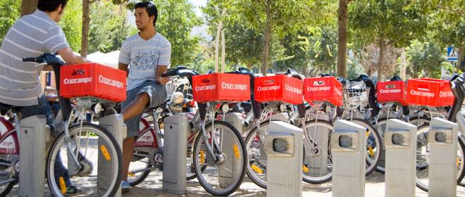 FACUA Sevilla reclama la eliminación de la publicidad de Cruzcampo en las bicicletas de Sevici