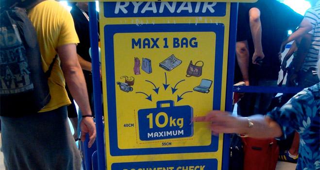 FACUA denuncia a Ryanair por impedir la entrada en sus aviones con más de una bolsa