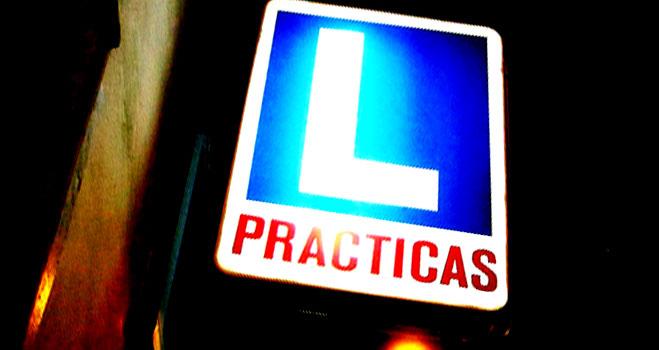 Aprobar el carné de conducir B a la primera cuesta una media de 739 euros
