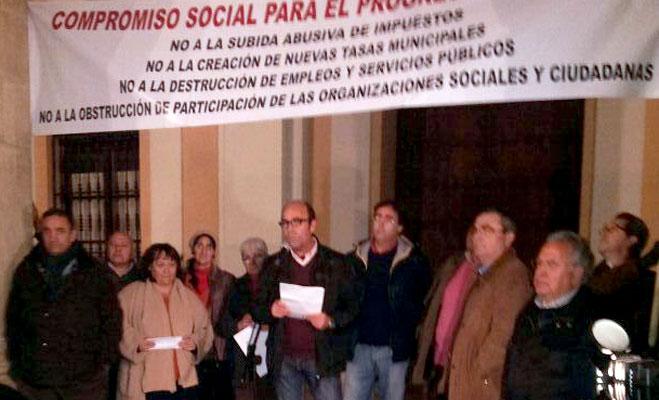 Cientos de sevillanos se concentran frente al Ayuntamiento contra la subida de impuestos y tasas