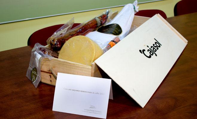 El presidente de FACUA Sevilla devuelve al de Cajasol su obsceno regalo navideño: un surtido de ibéricos
