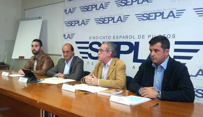 FACUA y el sindicato de pilotos Sepla firman un acuerdo de actuación conjunta