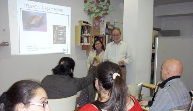 FACUA Jaén ofrece una sesión informativa sobre telecomunicaciones a la comunidad gitana