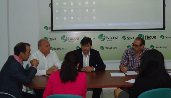 El grupo municipal socialista visita la sede de FACUA Huelva