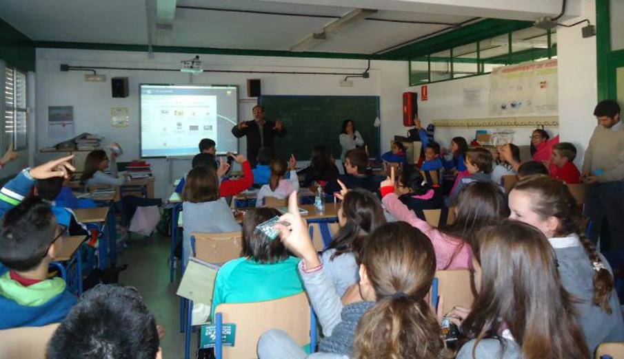 FACUA Huelva debate con j�venes de Moguer sobre comercio electr�nico, medio ambiente e igualdad