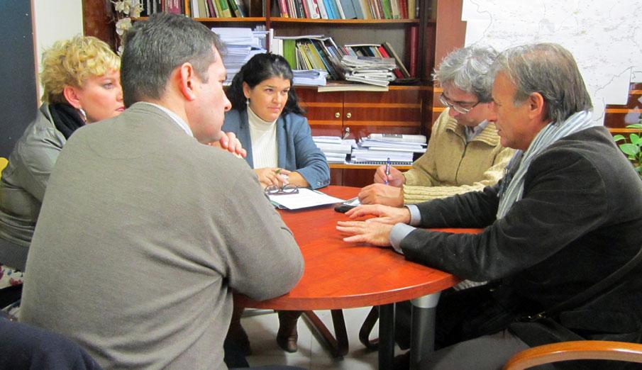 FACUA traslada al grupo parlamentario extremeño de IU la necesidad de regular el suministro de agua
