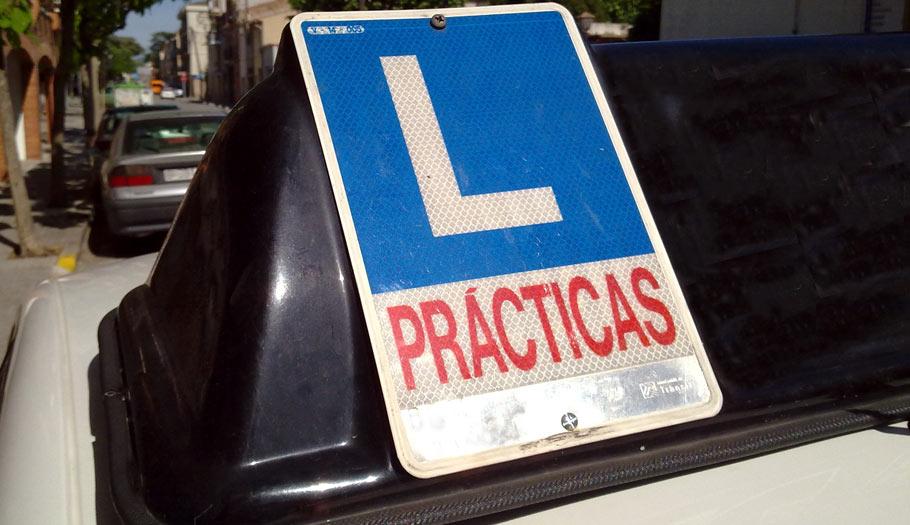 Sacarse el carné de conducir B a la primera cuesta una media de 723 euros, según un estudio de FACUA