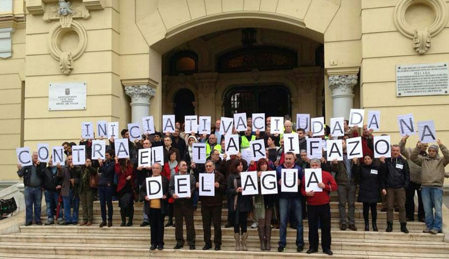 Organizaciones ciudadanas se concentran ante el Ayuntamiento de Málaga contra el tarifazo del agua