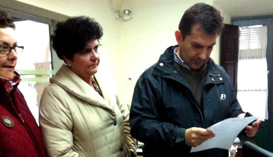 FACUA entrega más de 800 firmas para solicitar la devolución del coste del agua cobrada de más en Montijo