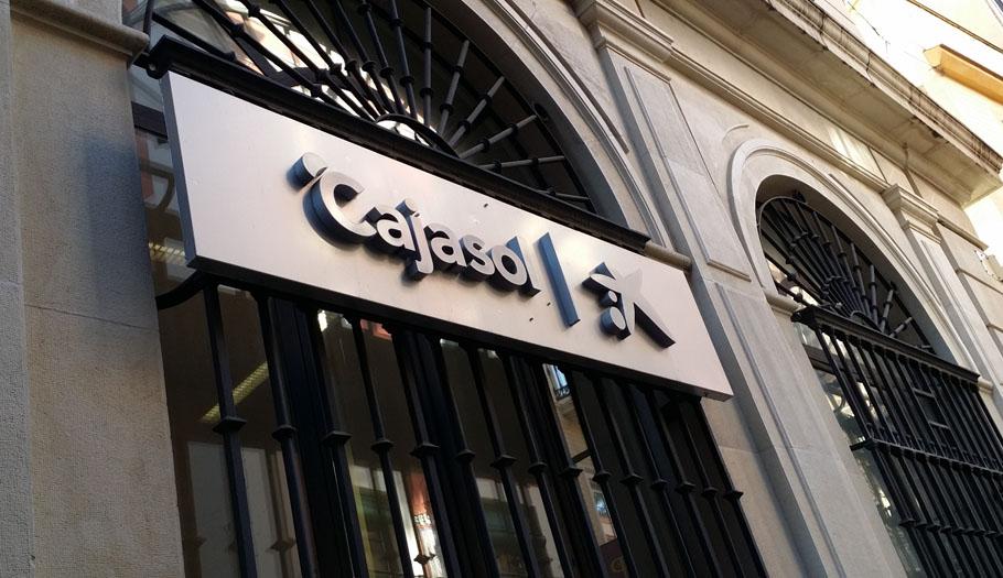 La aseguradora de Cajasol abona a una socia de FACUA 12.000 euros que le negaba tras morir su marido