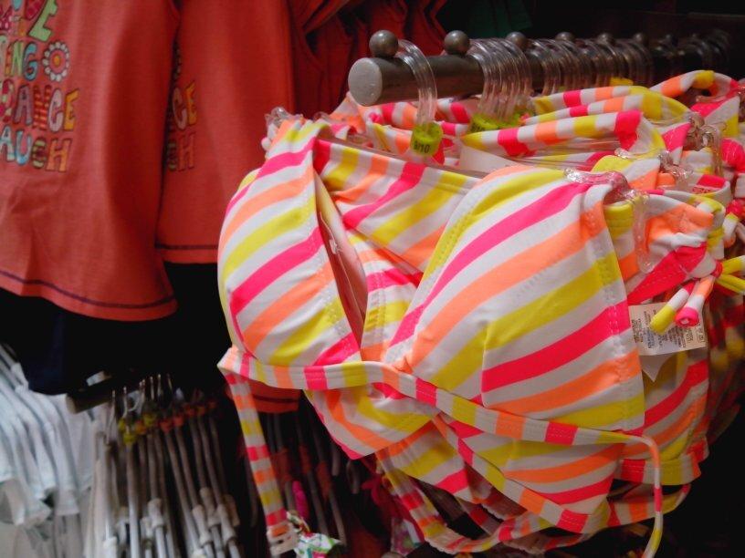 FACUA exige a Carrefour que retire un bikini con relleno para niñas de 9 años y el catálogo que lo anuncia