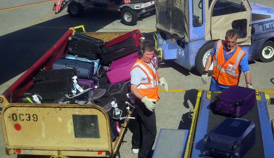 FACUA critica que la normativa de viajes en avión europea se haga al dictado de los 'lobbies'
