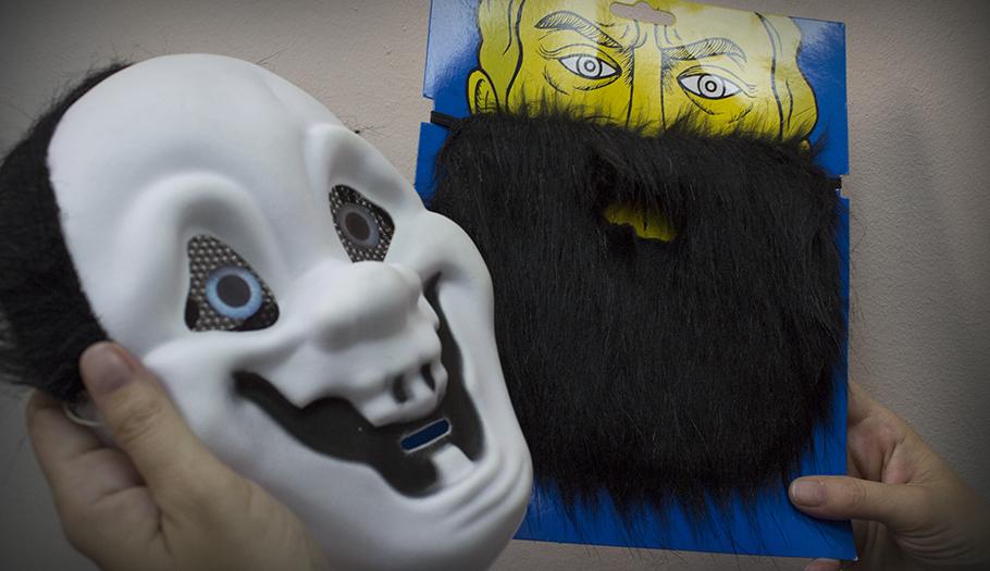 FACUA alerta de la orden de retirada de más de 20 máscaras, pelucas y disfraces peligrosos