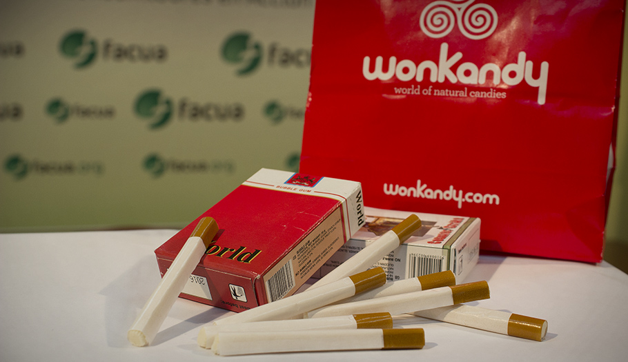 FACUA denuncia a Wonkandy por vender a menores chicles con aspecto de cigarrillos