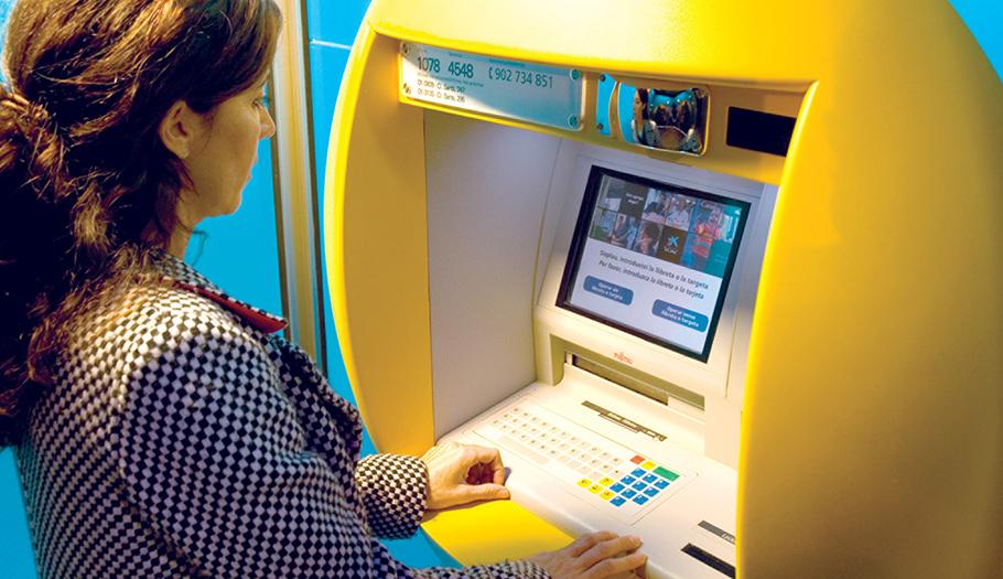 FACUA advierte de que La Caixa cobrará 2 euros por sacar dinero en sus cajeros a quienes no sean clientes