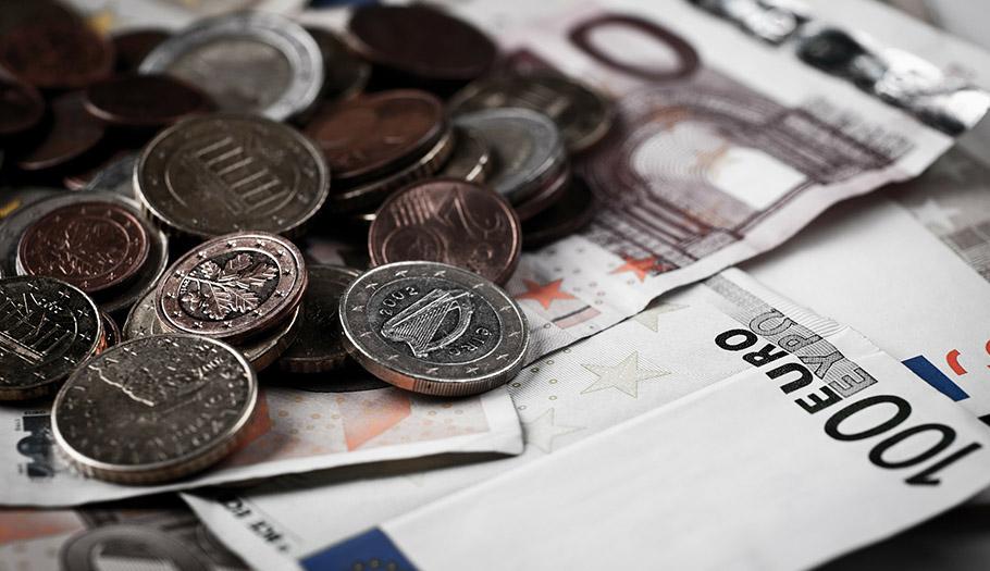 La banca ya cobra comisiones hasta por cambiar o contar monedas y billetes: de 5 a 10 euros, alerta FACUA