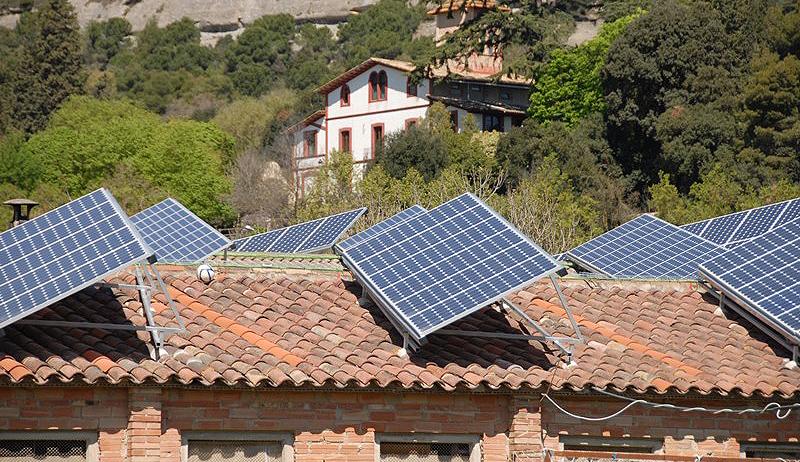 Industria se pliega a los intereses de las grandes eléctricas con la norma sobre autoconsumo