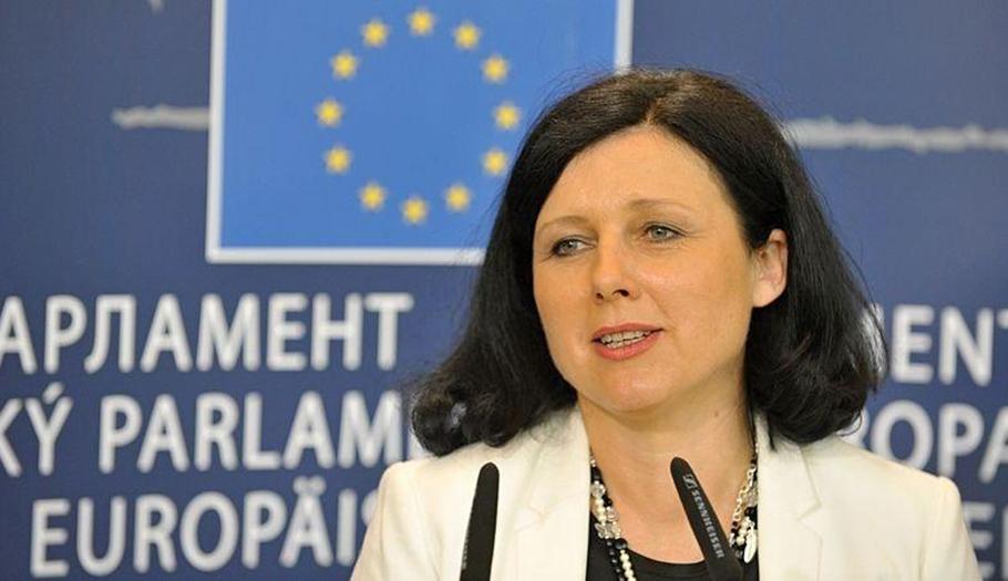 La comisaria de Consumo evita aclarar si adoptará medidas para proteger a los consumidores más vulnerables