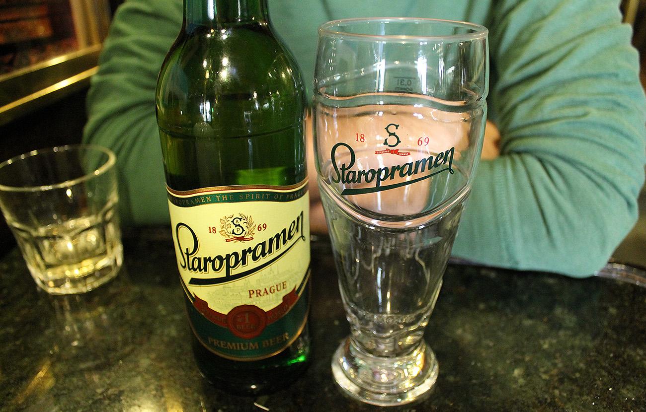 La cervecera Carlsberg retira más de 4.600 barriles de Staropramen en Suecia por contener detergente