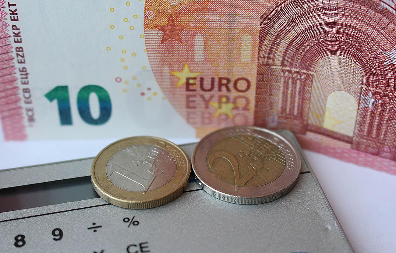 FACUA Sevilla asesora sobre servicios bancarios en el marco de una campaña