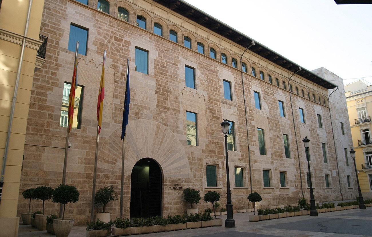 El Parlamento valenciano insta al Consell a que tome medidas para impedir el corte de luz y gas a familias
