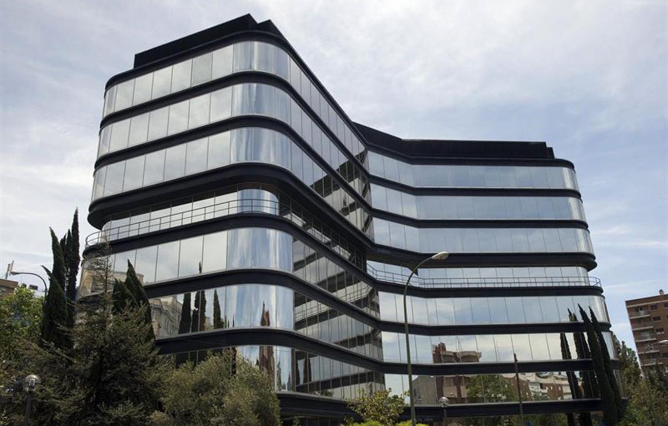 La CNMV impone pequeñas multas de 7 millones a CaixaBank y 2 millones a Santander
