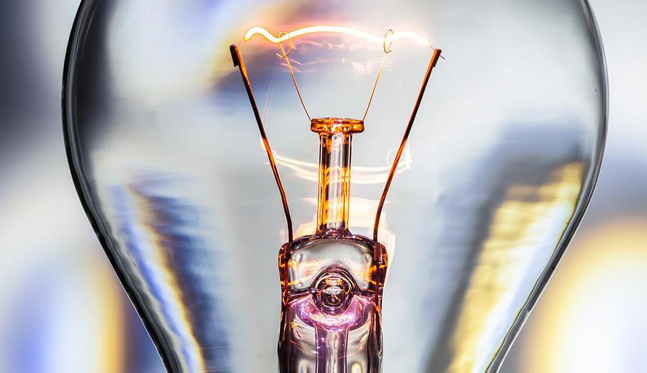 Industria negocia con las eléctricas cómo será la facturación horaria y mantiene al margen a los usuarios