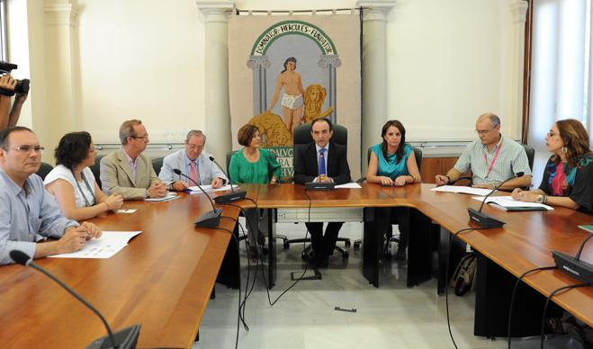 Junta de Andalucía, federaciones de consumidores, comerciantes y sindicatos firman una declaración contra la liberalización de horarios